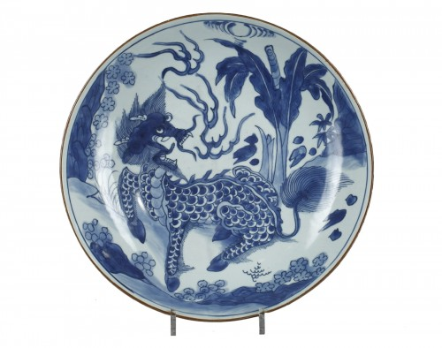 Large Saucerdish decorated in underglazed blue. Shunzhi period 1644 - 1661