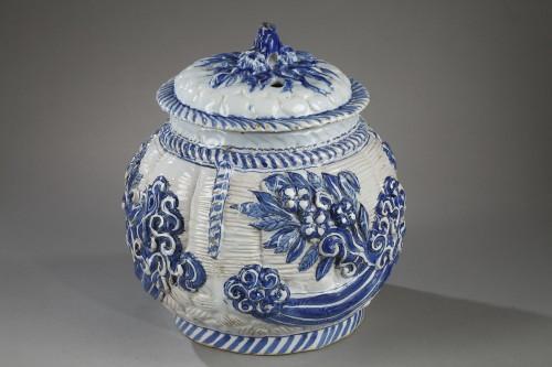 17th century Nevers faience pot-pourri - Porcelain & Faience Style
