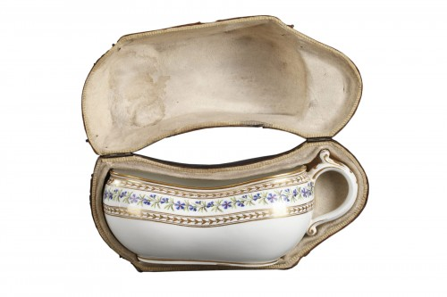 Paris porcelain Bourdalou with its box. circa 1770 - 1780