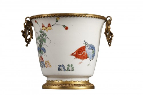 CHANTILLY : Soft paste gobelet with a Kakiempon pattern circa 1730 - 1735