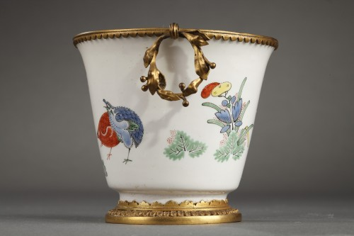 Porcelain & Faience  - CHANTILLY : Soft paste gobelet with a Kakiempon pattern circa 1730 - 1735