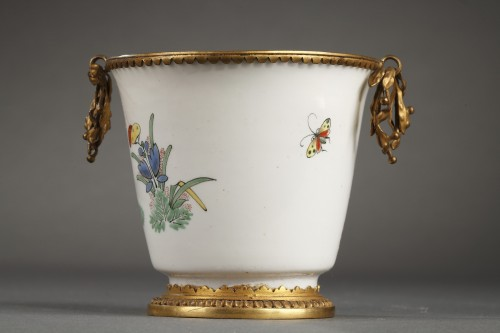CHANTILLY : Soft paste gobelet with a Kakiempon pattern circa 1730 - 1735 -