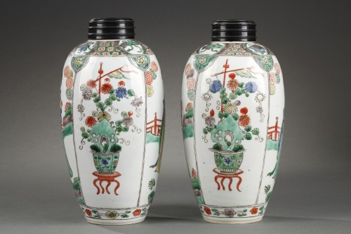 """Asian Art & Antiques  - CHINA : Pair of vases decorated with """"Long Elisa"""" pattern Kangxi 1662 - 172"""