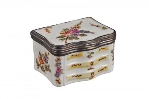 Mennecy Porcelain Chest of drawers shaped snuffbox circa 1740 - 1750