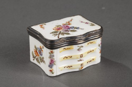 Mennecy Porcelain Chest of drawers shaped snuffbox circa 1740 - 1750 - Porcelain & Faience Style Louis XV