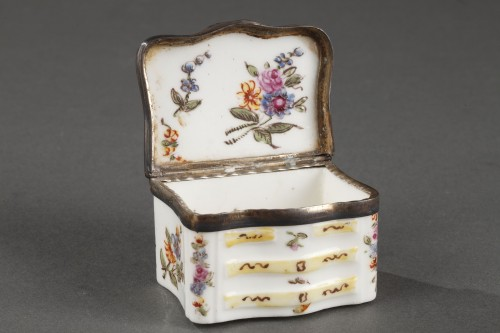 Mennecy Porcelain Chest of drawers shaped snuffbox circa 1740 - 1750 -