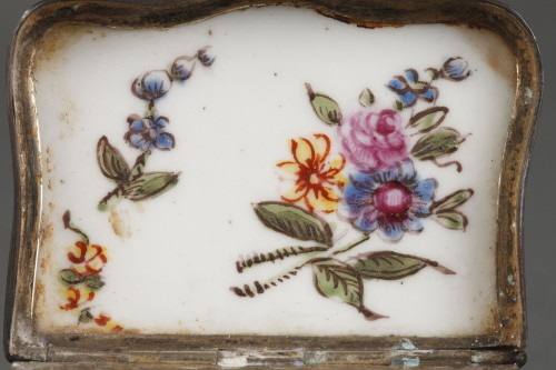 18th century - Mennecy Porcelain Chest of drawers shaped snuffbox circa 1740 - 1750