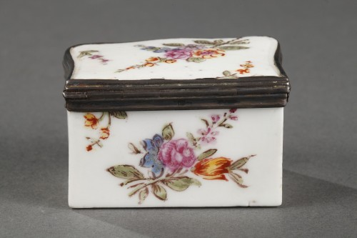Mennecy Porcelain Chest of drawers shaped snuffbox circa 1740 - 1750 - Louis XV
