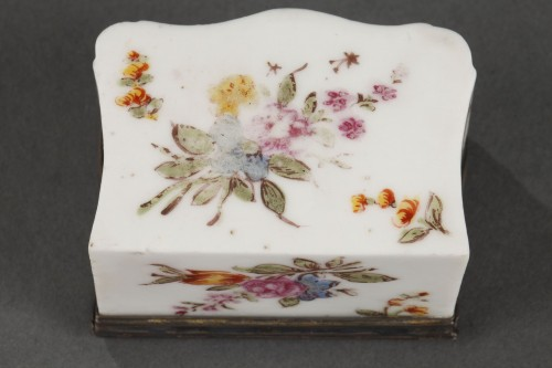 Louis XV - Mennecy Porcelain Chest of drawers shaped snuffbox circa 1740 - 1750