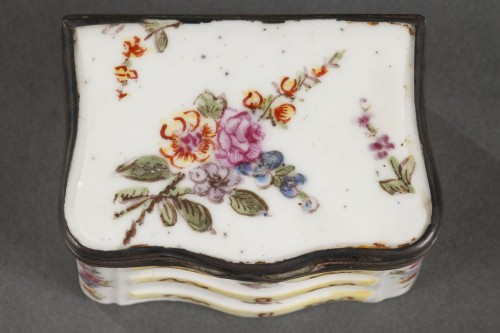 Antiquités - Mennecy Porcelain Chest of drawers shaped snuffbox circa 1740 - 1750