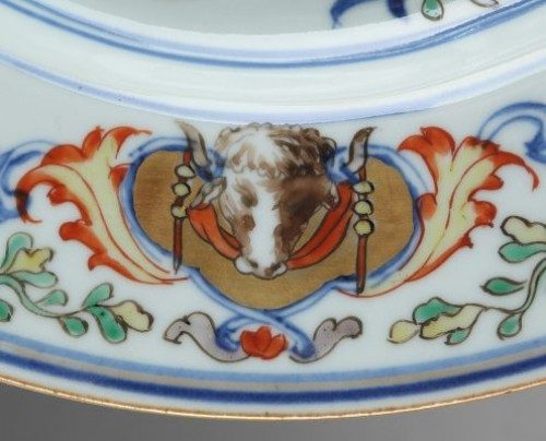 China, Kangxi, Export armorial plate. Circa 1720 - Porcelain & Faience Style