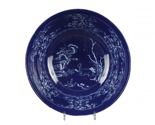 NEVERS : Faïence bowl decorated with a bleu persan background 17th century