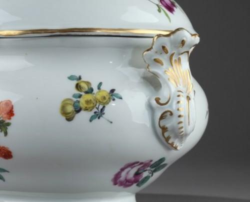 Antiquités - MEISSEN : Porcelain terrine and cover 18th century