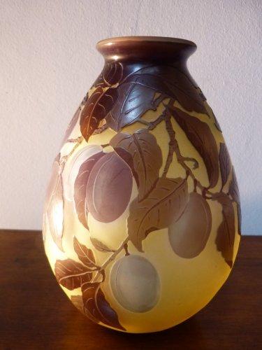 Antiquités - Emile Gallé, engraved glass plum vase