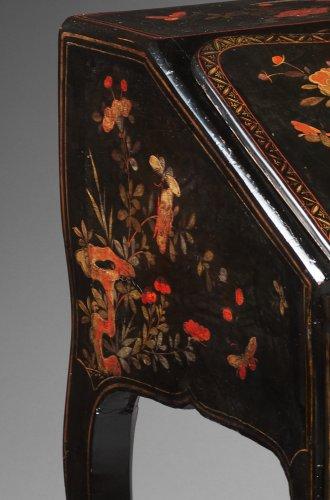 18th century - A Louis XV ormolu mounted vernis Martin bureau en pente