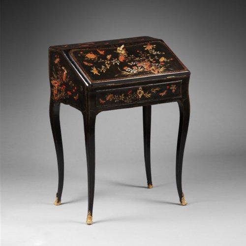 Antiquités - A Louis XV ormolu mounted vernis Martin bureau en pente