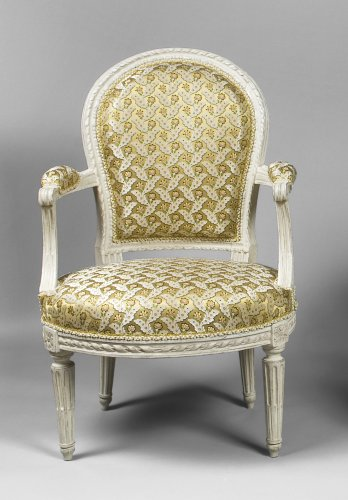 A pair of Louis XVI white-painted fauteuils en cabriolet - Seating Style Louis XVI