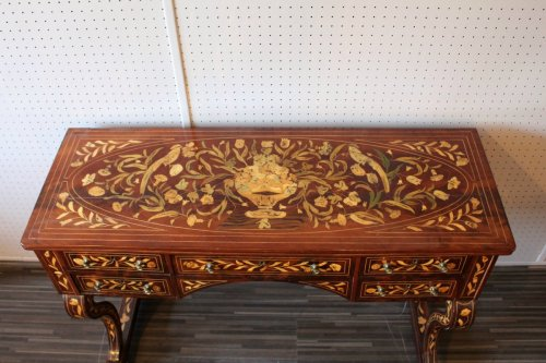 Antiquités - A Dutch desk with floral and bird marquetry