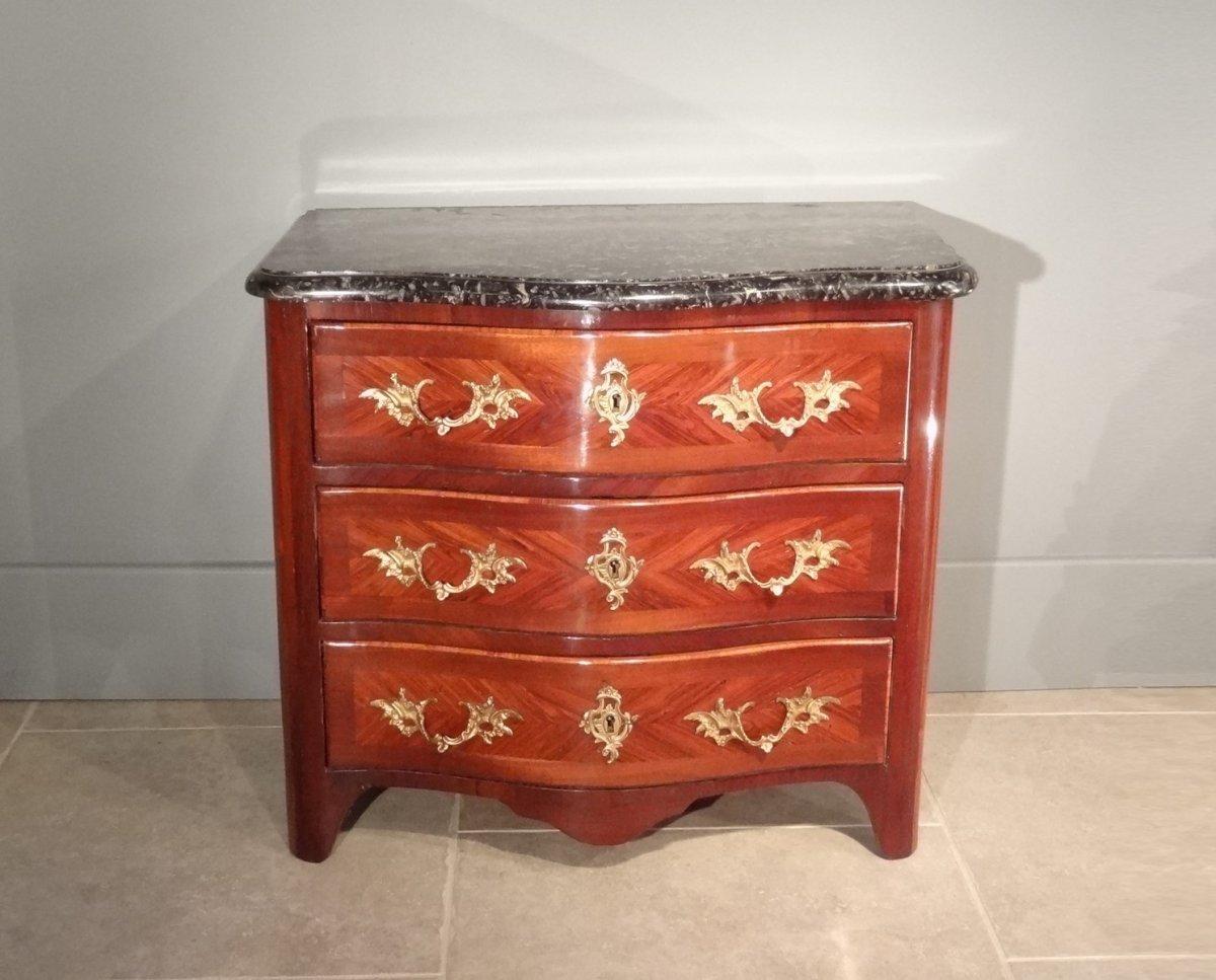 petite commode louis xiv en placage de bois de rose et d 39 amarante poque xviiie. Black Bedroom Furniture Sets. Home Design Ideas