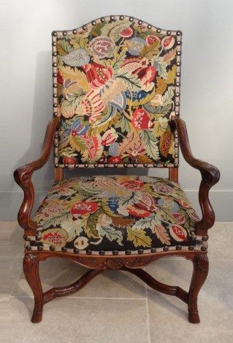 Regence armchair in walnut, early 18th century