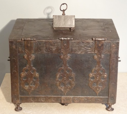 Curiosities  - Wrought iron and engraved box 17th century