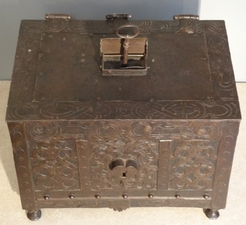 Antiquités - Wrought iron and engraved box 17th century