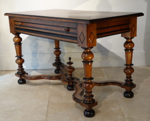French Louis XIV Table  Desk in walnut of the late 17th Century - Louis XIV