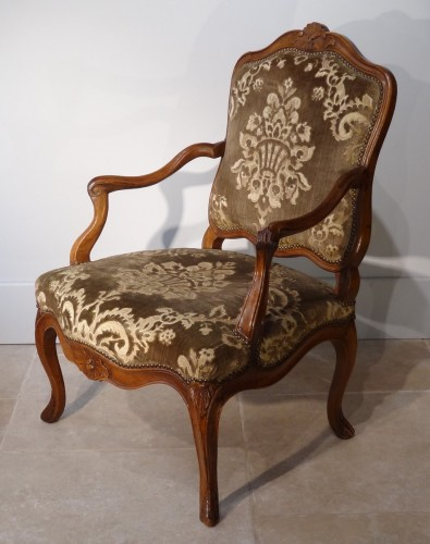 French Pair Of Louis XV Armchairs, Walnut, 18th Century - Seating Style Louis XV