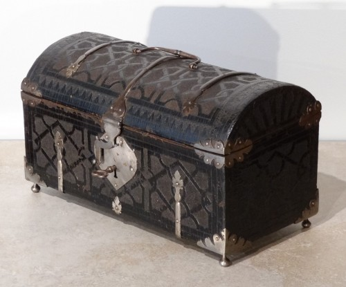 Box curved leather and wrought iron,  17th century - Curiosities Style Louis XIII