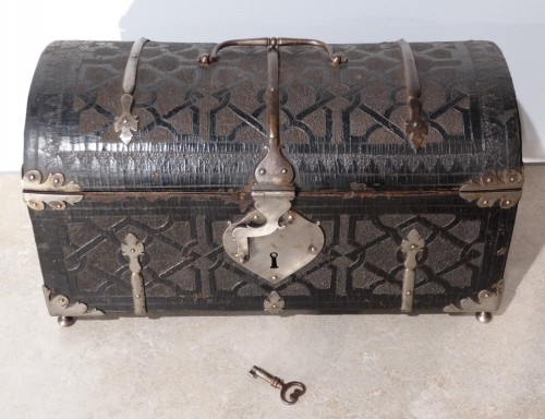 Curiosities  - Box curved leather and wrought iron,  17th century