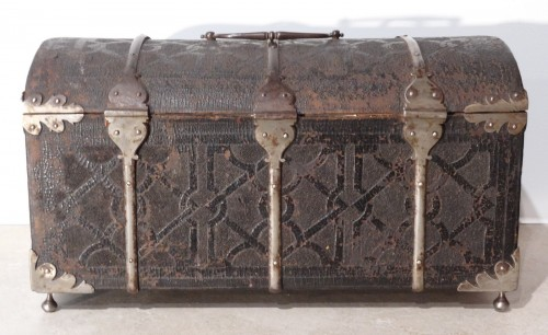 17th century - Box curved leather and wrought iron,  17th century