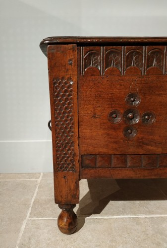 <= 16th century - Walnut chest, late 16th early 17th century