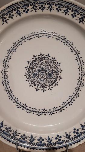 Large 18th century Rouen earthenware dish - Porcelain & Faience Style Louis XV
