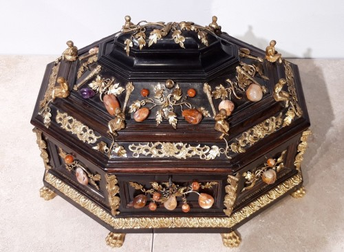 Objects of Vertu  - Late 19th century  jewelry box decorated with bronzes and hard stones
