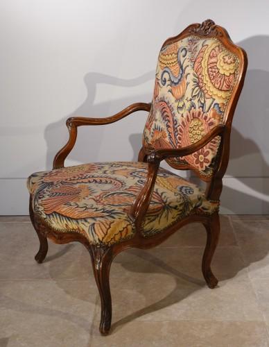 French Louis XV walnut armchair, Lyon 18th century - Seating Style Louis XV