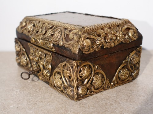 "Box in walnut and ""repoussé brass"", 17th century - Objects of Vertu Style Louis XIV"