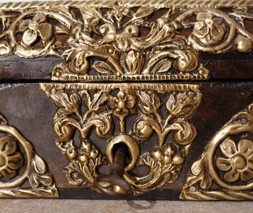 "Box in walnut and ""repoussé brass"", 17th century - Louis XIV"