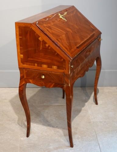 "French Louis XV desk called ""dos d'âne"", plum veneer - Furniture Style Louis XV"