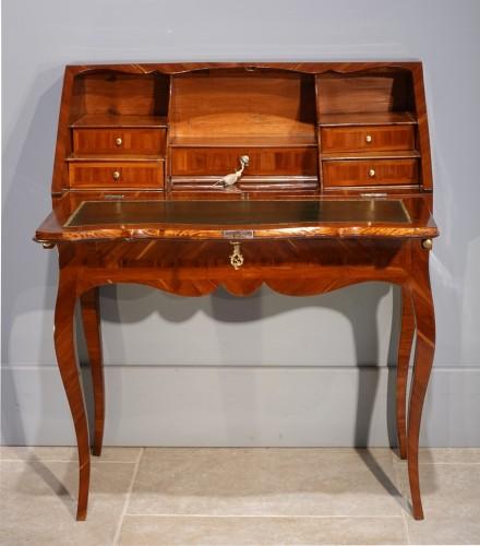 "French Louis XV desk called ""dos d'âne"", plum veneer -"