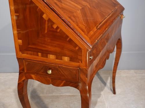 "18th century - French Louis XV desk called ""dos d'âne"", plum veneer"