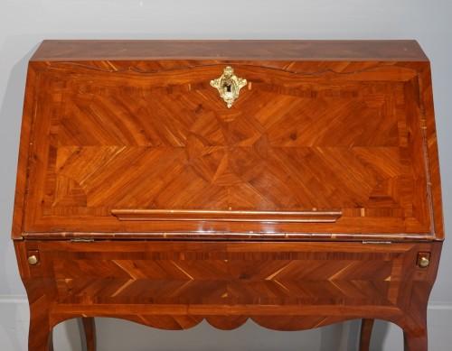 "French Louis XV desk called ""dos d'âne"", plum veneer - Louis XV"