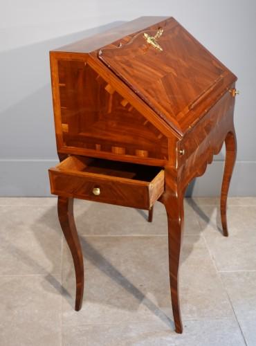 "Antiquités - French Louis XV desk called ""dos d'âne"", plum veneer"