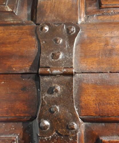 Renaissance walnut curved chest - circa 1580 - Renaissance