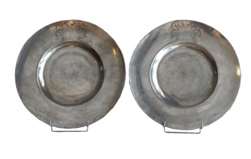 Large pairs of `` Cardinal '' dishes in pewter, hallmarked 1677