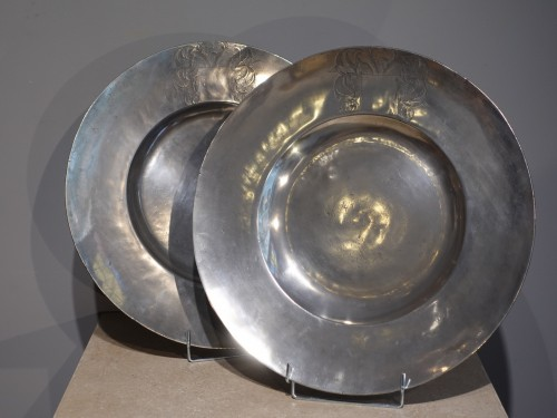 Decorative Objects  - Large pairs of `` Cardinal '' dishes in pewter, hallmarked 1677