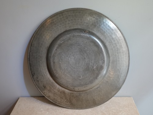 Large pairs of `` Cardinal '' dishes in pewter, hallmarked 1677 -