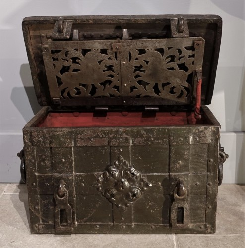 """Small Nüremberg """"iron chest from the 17th century -"""
