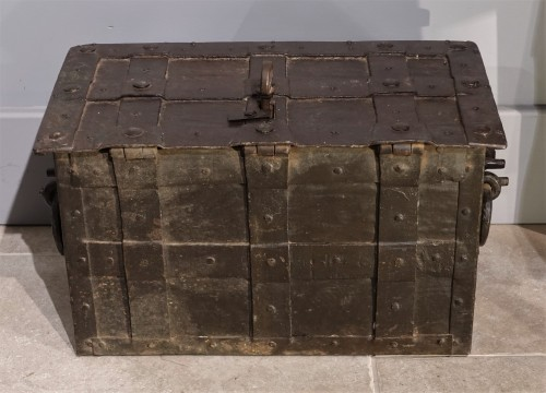 """Antiquités - Small Nüremberg """"iron chest from the 17th century"""