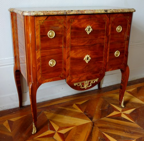 Mobilier Commode - Commode sauteuse transition estampillée de Guillaume Kemp