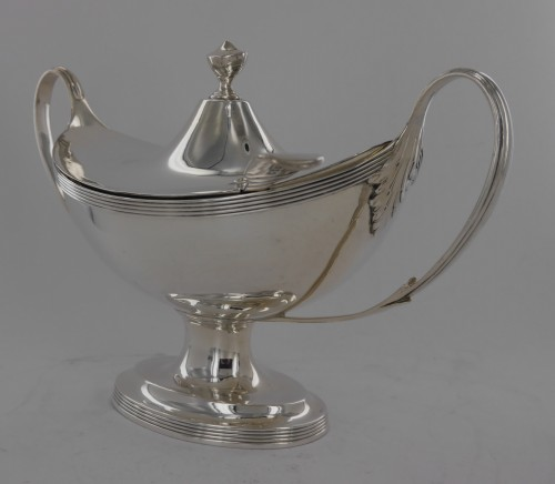Sauceboat in silver, George III, end of the 18th century -